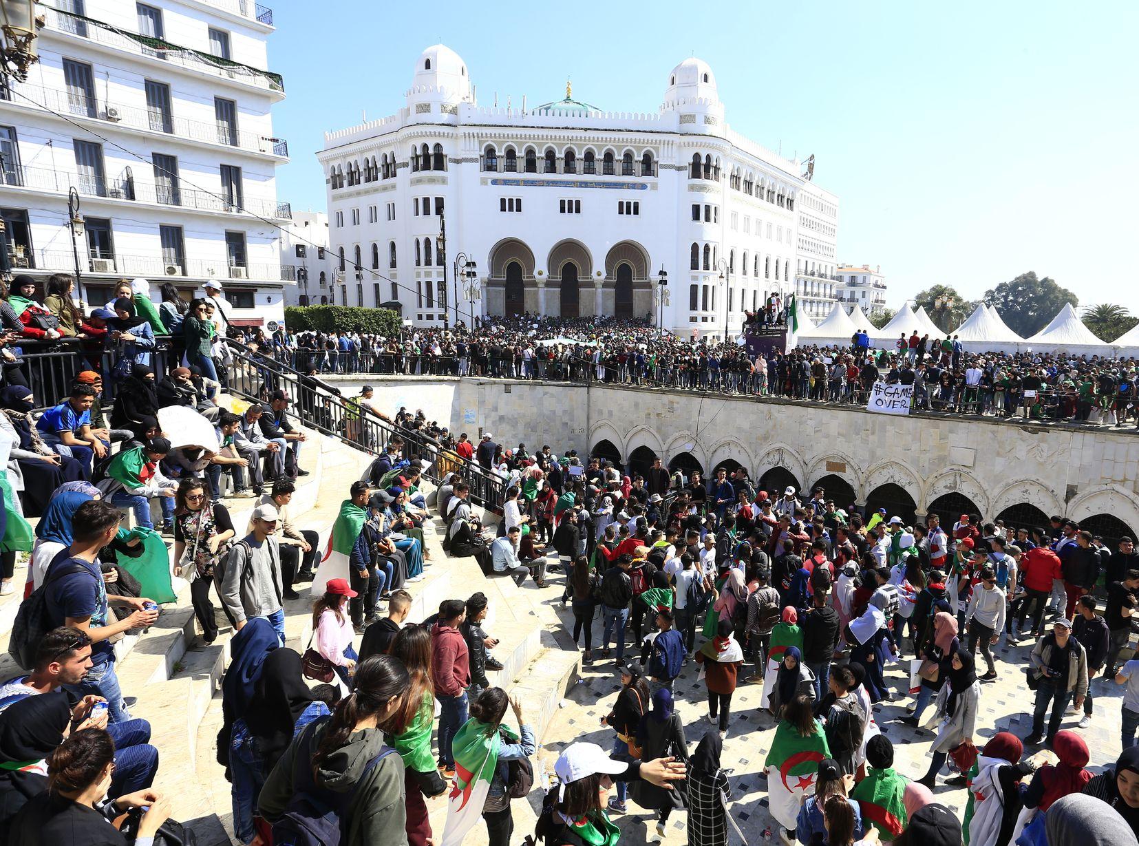 昨日继续有人在首都阿尔及尔和国内其他城市上街示威。