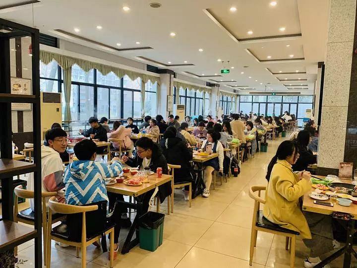 浙江工商大学的饭堂推出「微信步数当钱使」的新福利。网图