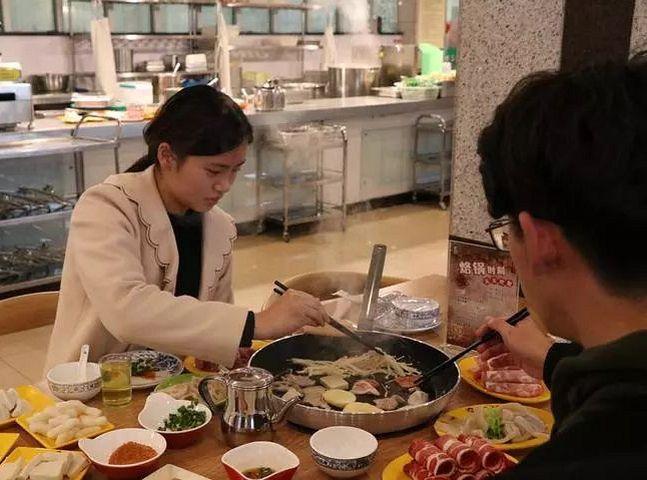 浙江工商大學的飯堂推出「微信步數當錢使」的新福利。網圖
