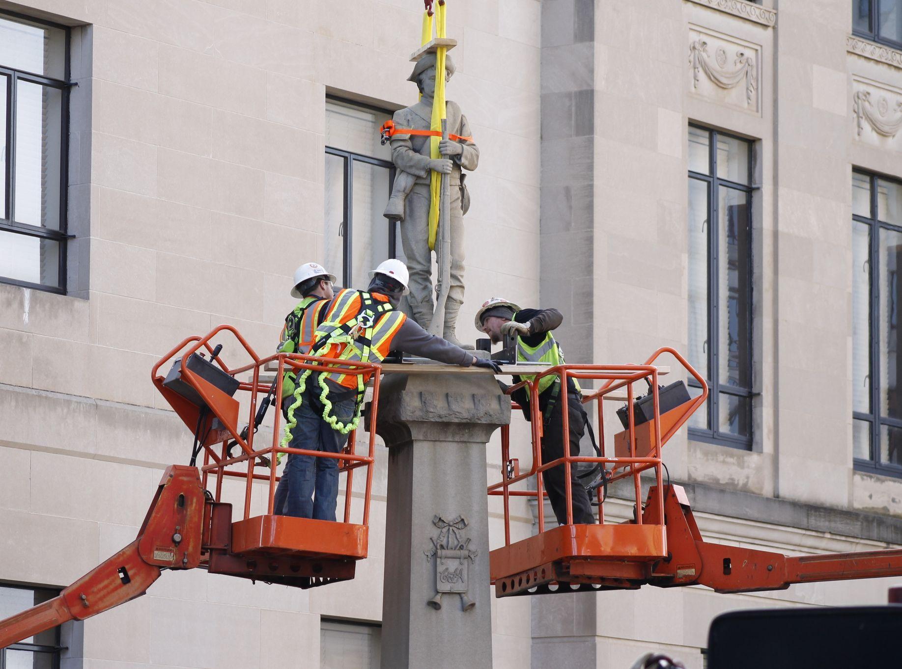 塞勒姆镇一座旧法院大楼,昨日拆除一座邦联士兵雕像。