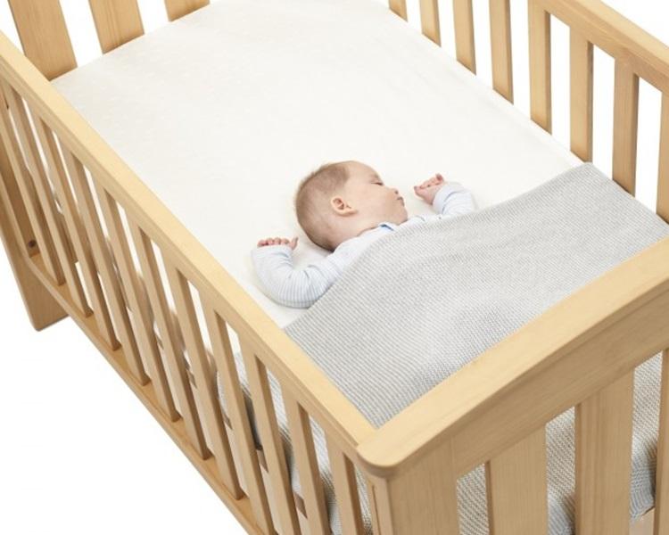 8款婴儿床床褥中有半数未能符合欧洲安全标準,其中3款更未能通过硬度或耐用测试。网图