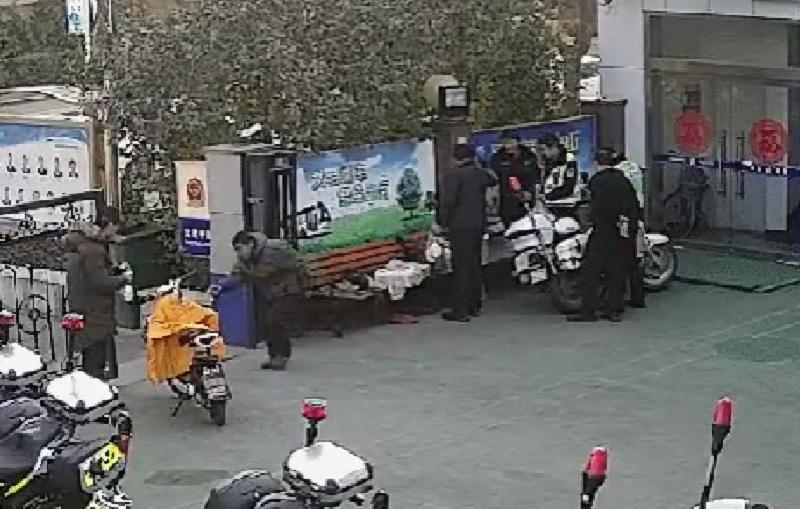 山东交警自费承包一车豆腐。网上图片