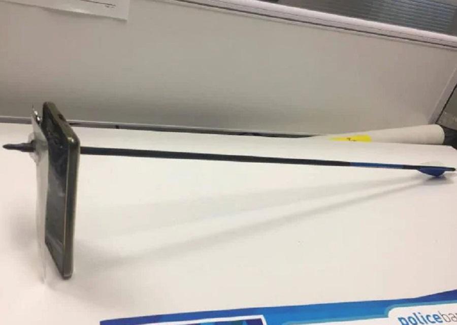 iPhone手機成功擋住弓箭。網上圖片