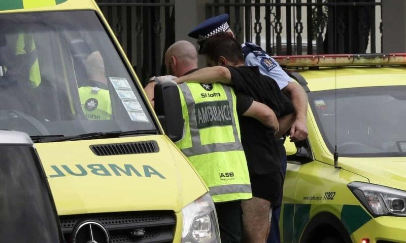 新西蘭基督城市中心一座清真寺發生大規模槍擊案,圖為警方協助傷者進入救護車。AP
