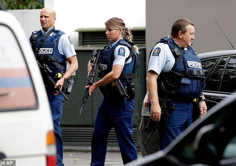 新西蘭基督城發生連環槍擊案,警方接報到場,傷者陸續被送往醫院,當局呼籲民眾留在室內。AP