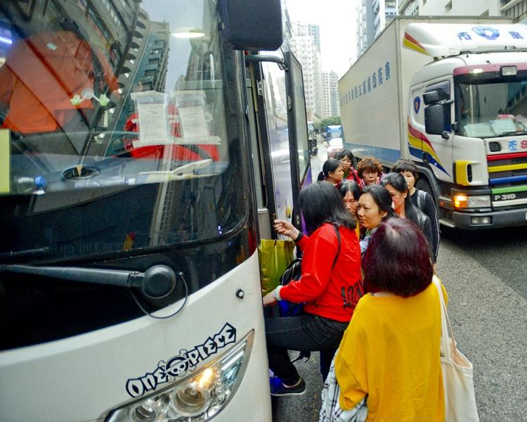 停泊上落的旅遊巴造成交通擠塞。