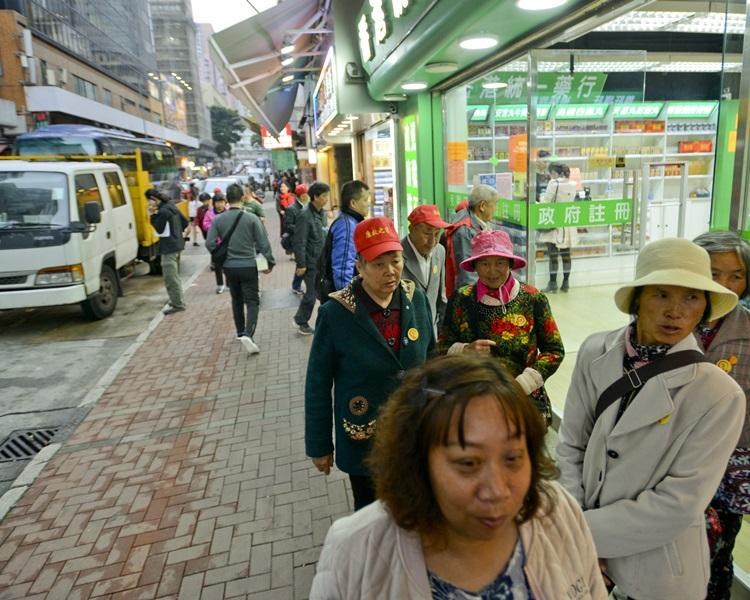現時在紅磡、土瓜灣及九龍城一帶,有逾40間專門接待內地團的登記店鋪。