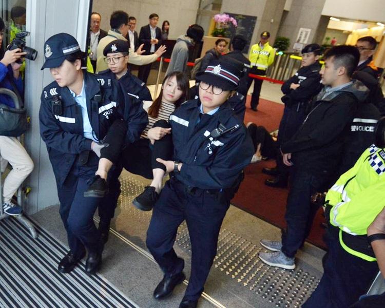 警方採取清場行動,抬走示威者。