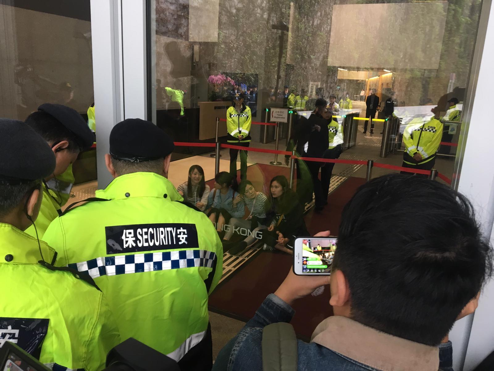示威者闖入政總東翼大堂內靜坐。