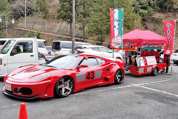 為讓妻子開心,日本東京一名男子每周開法拉利賣烤紅薯。(網圖)