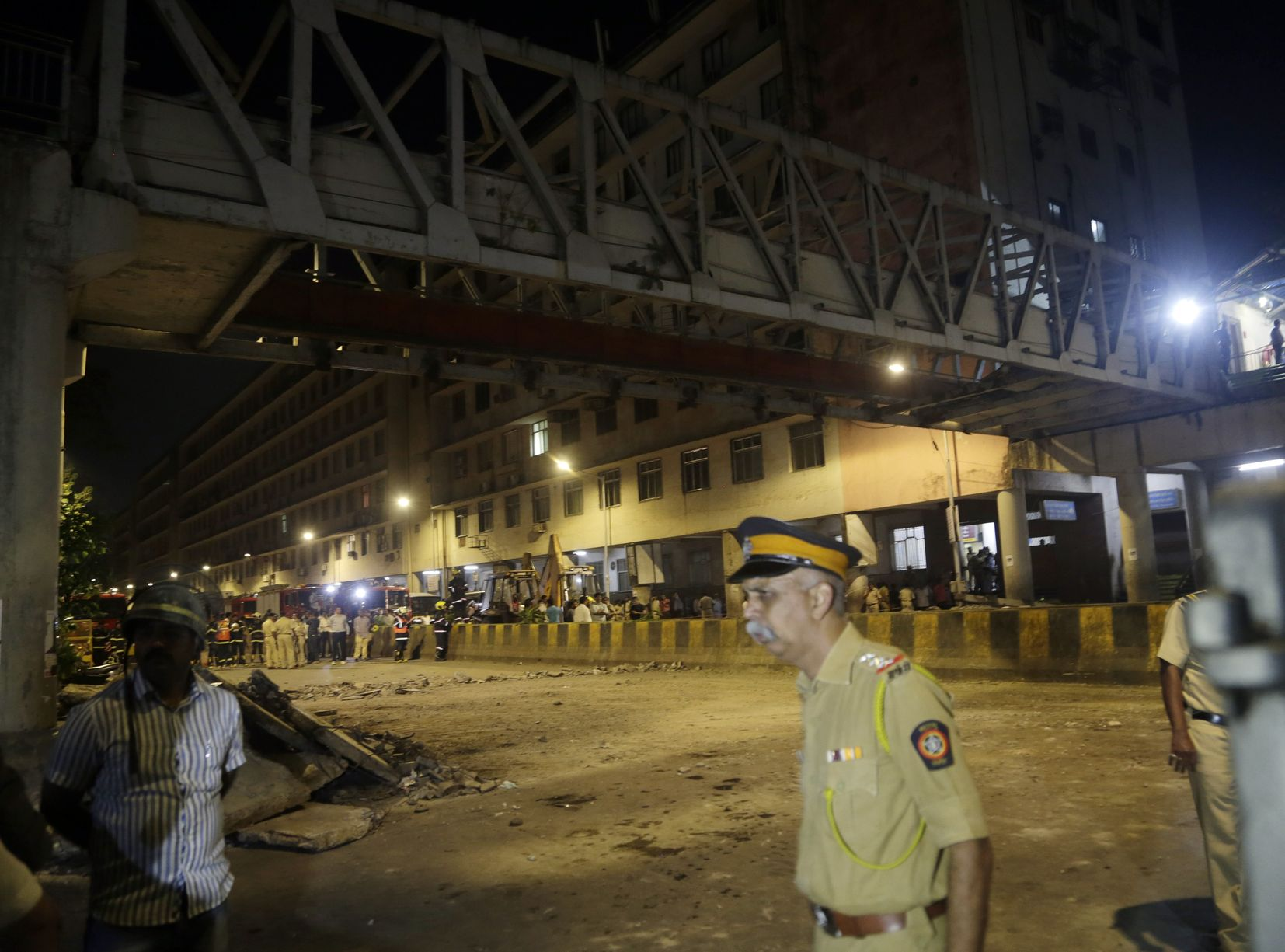 孟買中央火車附近一條行人天橋昨晚突然倒塌,造成最少6人死亡。AP