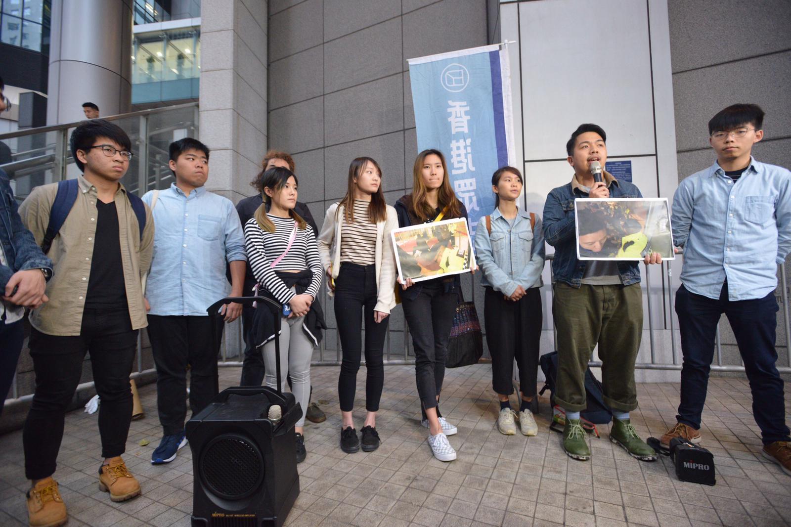 被捕成員從警署出來後會見記者。