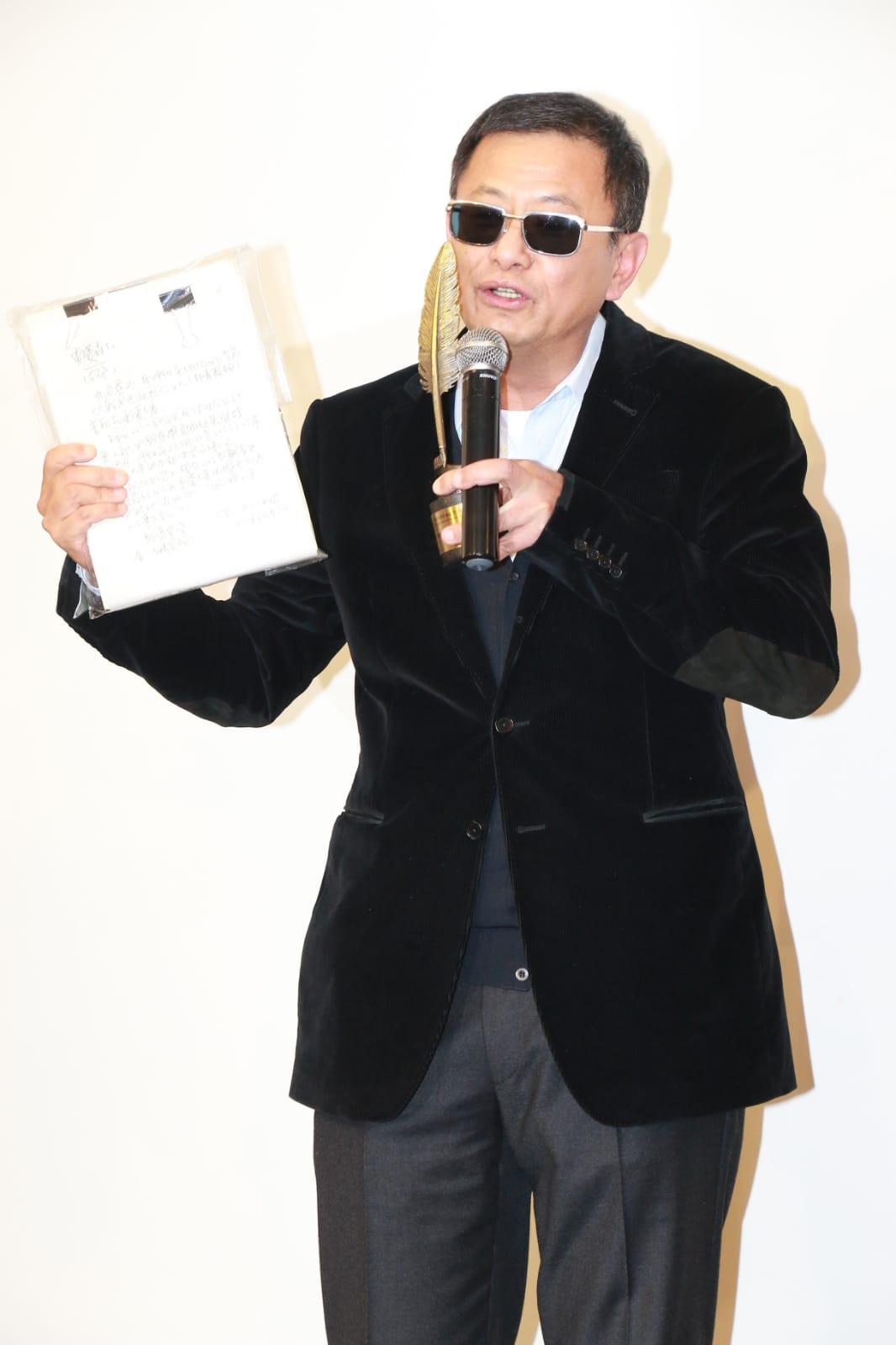 對於外傳拍戲無劇本,王家衛今晚帶了《重慶森林》的劇本以作證明。