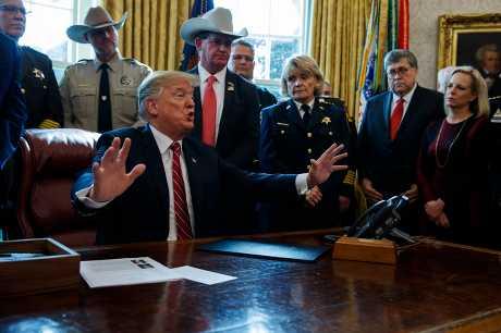 特朗普今天首度動用否決權推翻國會決議。AP