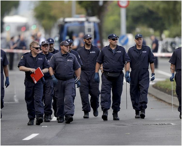 警方鑑證人員通宵在其中一座遇襲的清真寺搜證。 AP