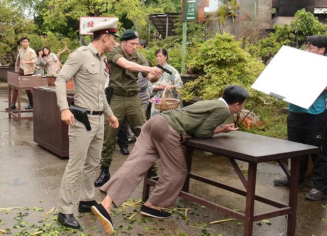 當楊證樺被陳山聰毆打時,遠方的陳展鵬從後救援。