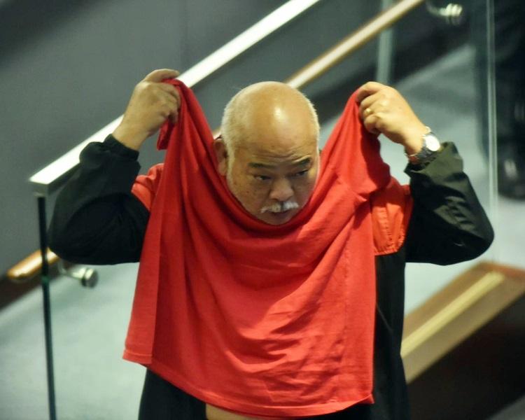 阿牛最終將T恤反轉綁於頸上了事。