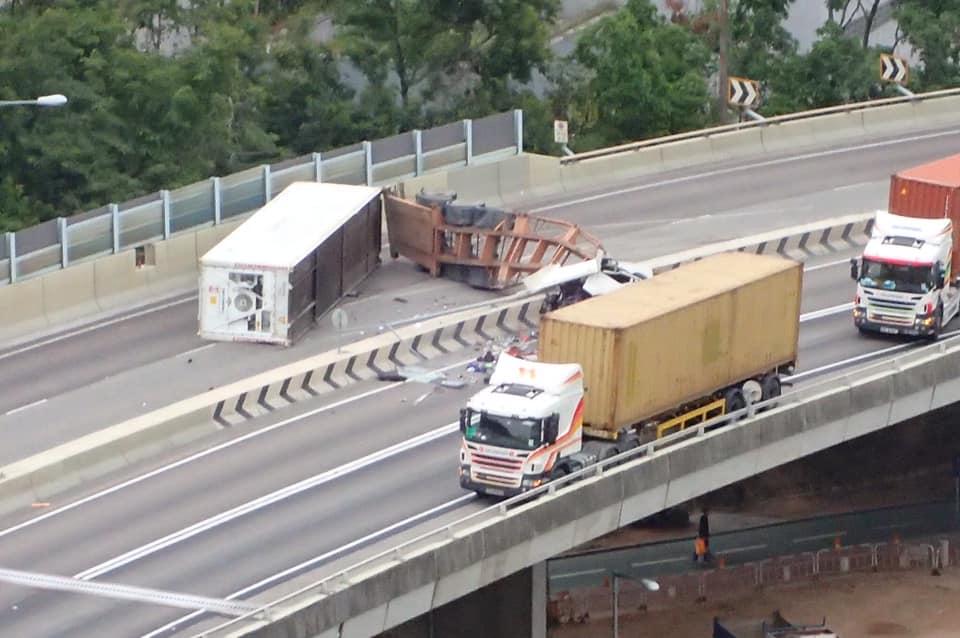 拖頭與拖架橫亘來回行車線。fb馬路的事討論區Irene Looi圖片