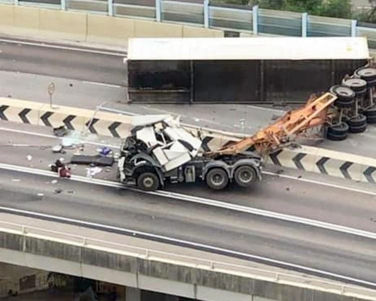 拖頭與拖架橫亘來回行車線。fb馬路的事討論區Chan Too圖片
