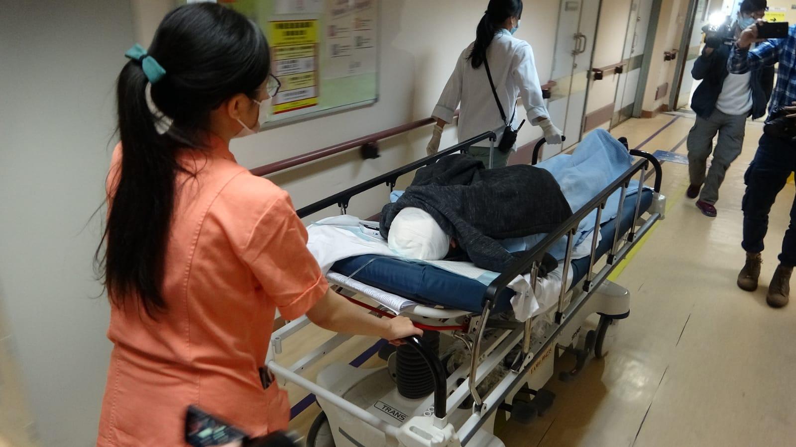 頭部受傷的超市經理接受急救後,推往病房。