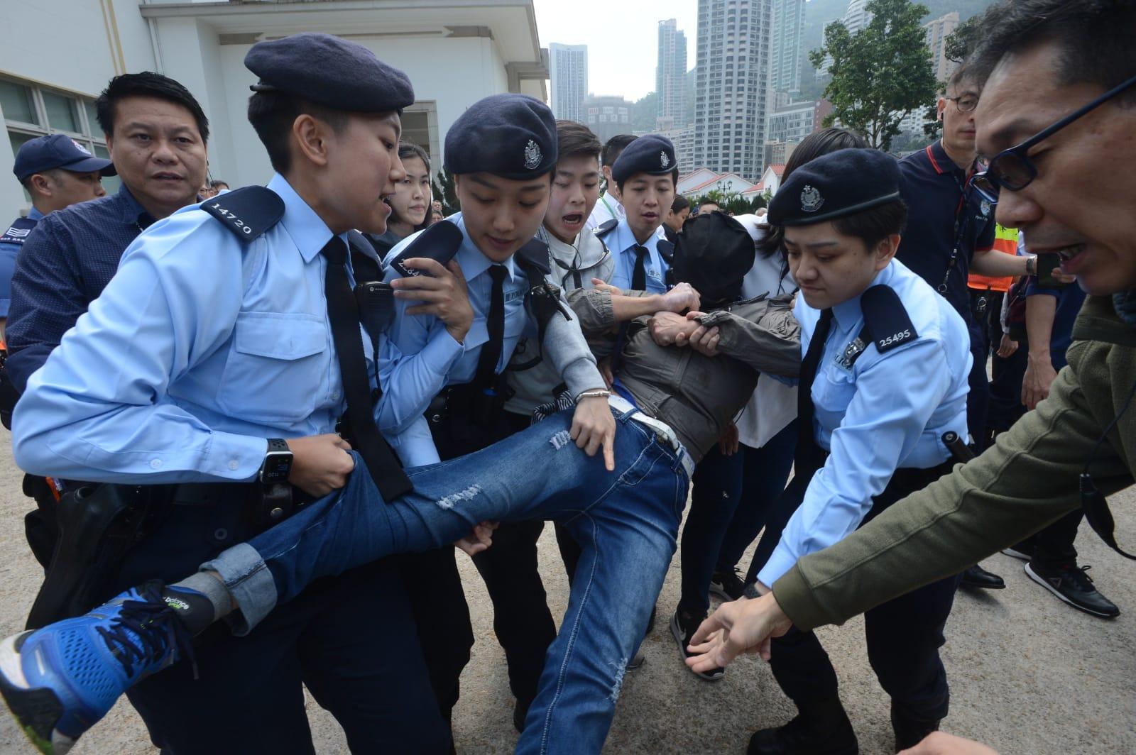 警方抬走示威者。
