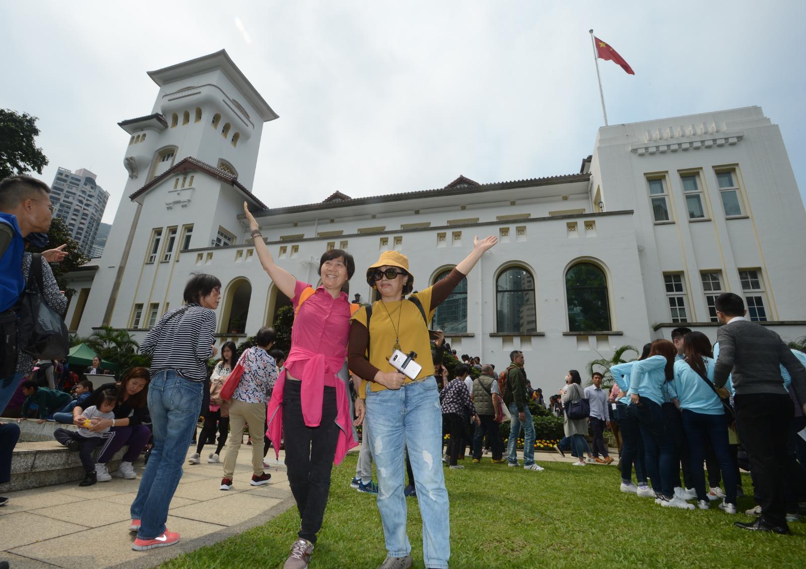 入場的市民可於禮賓府的花園及小庭園觀賞花卉及樹木。