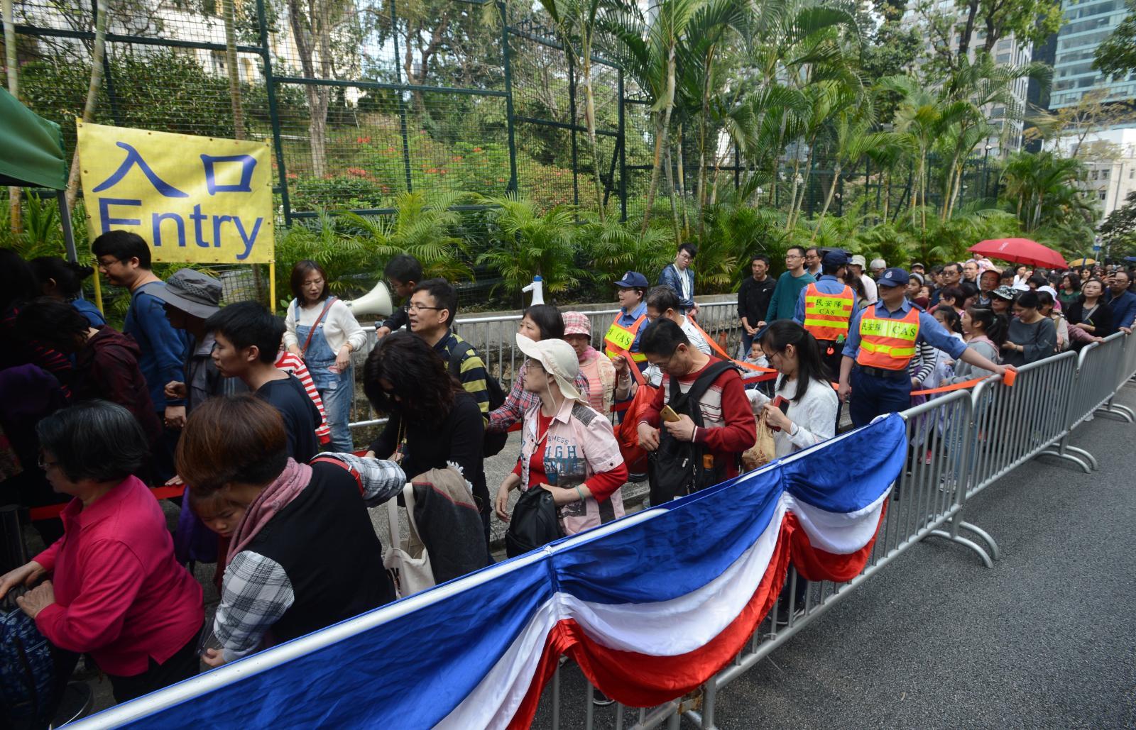 早上10時開放前,已有大批市民在場排隊。