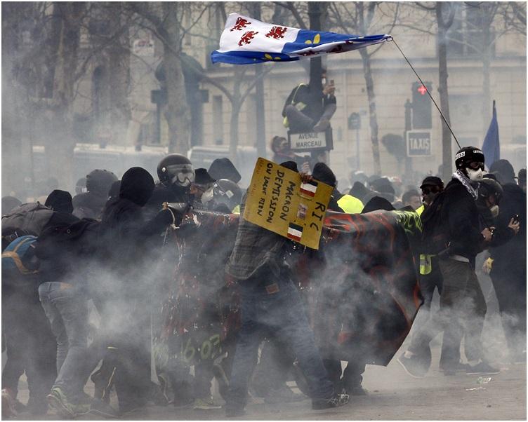 防暴警察发射催泪弹和水砲企图把示威者驱散。AP