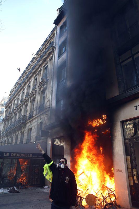 有银行被緃火。AP