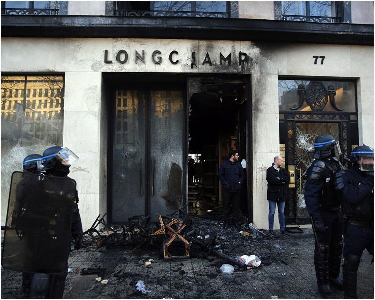 多间名店被抢掠破坏。AP