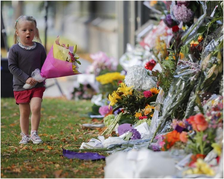大批民众到场献上鲜花及心意卡等。