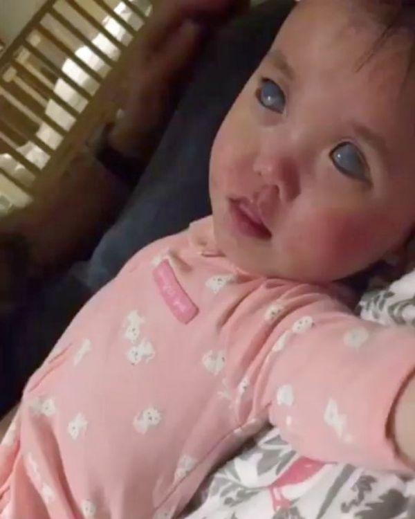 女童嬰兒時期已經失明。網圖