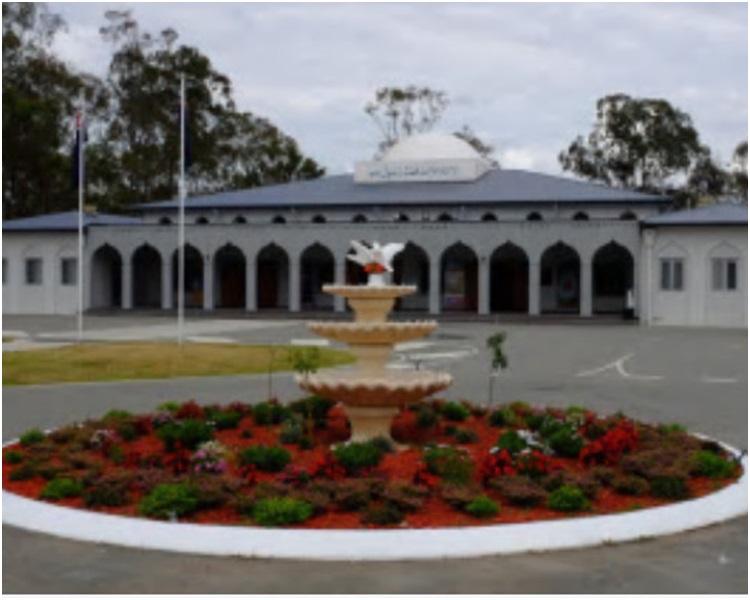 男子驾车撞向一间清真寺的大门。网图