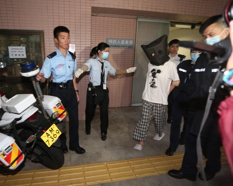 Amina傍晚被警方從醫院帶走。