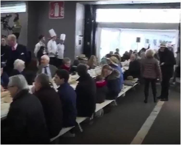 2千人沿着逾401米长的桌子坐下共享新鲜食品。网图