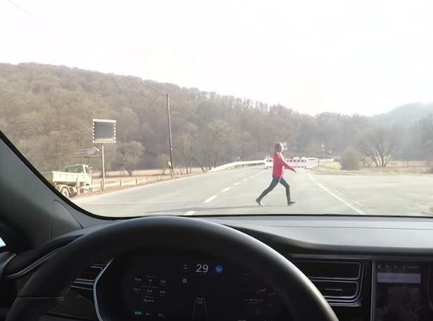 测试Tesla自驾辅助系统,是否会看到人从车子前方跑过去而停下。(网图)
