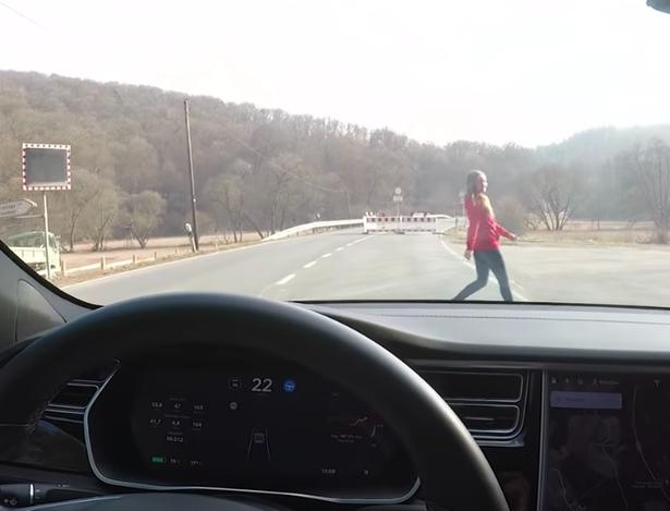 车子差点撞上其妻子。(网图)