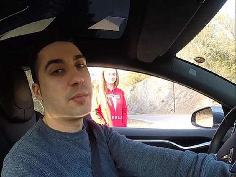 美国一名男子与妻子热爱测试Tesla性能,为了测试自动驾驶辅助系统,竟然把老婆当成白老鼠进行实验,罔顾老婆的生命安危。(网图)