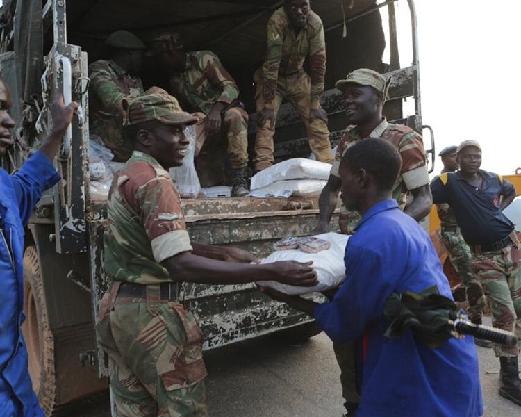 军队派送物资。