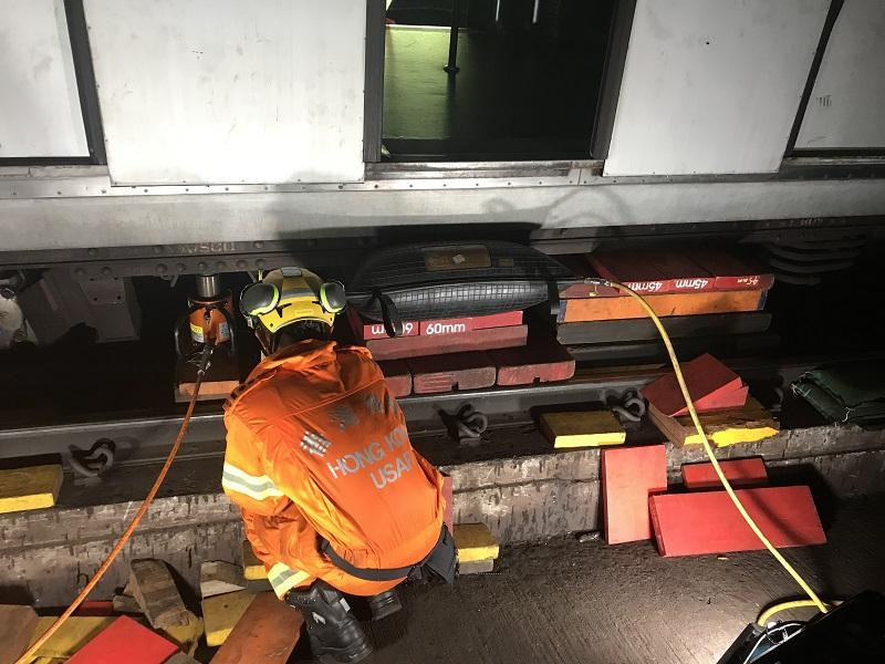消防利用兩個重型油壓積及一個氣墊積,經過約6小時才唧起車廂。