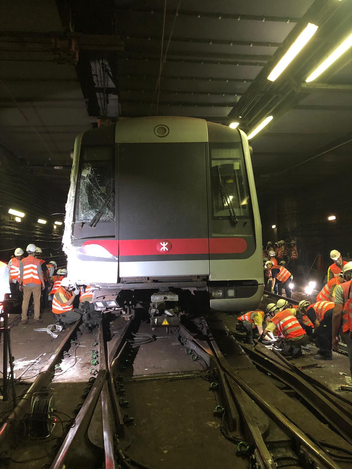 晚上約11點,工程人員成功將有關列車車頭的兩個轉向架放回路軌。