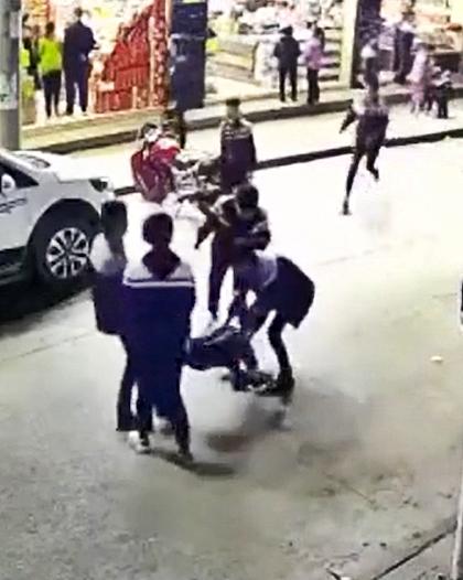有4名身穿校服的中學生,抬著另一名學生在街上小步奔跑。網圖