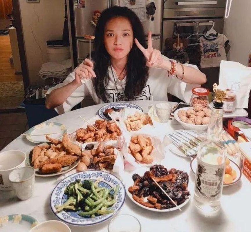 舒淇去年上載滿枱食物放肆食鹽酥雞等高熱量食物的相片。網圖