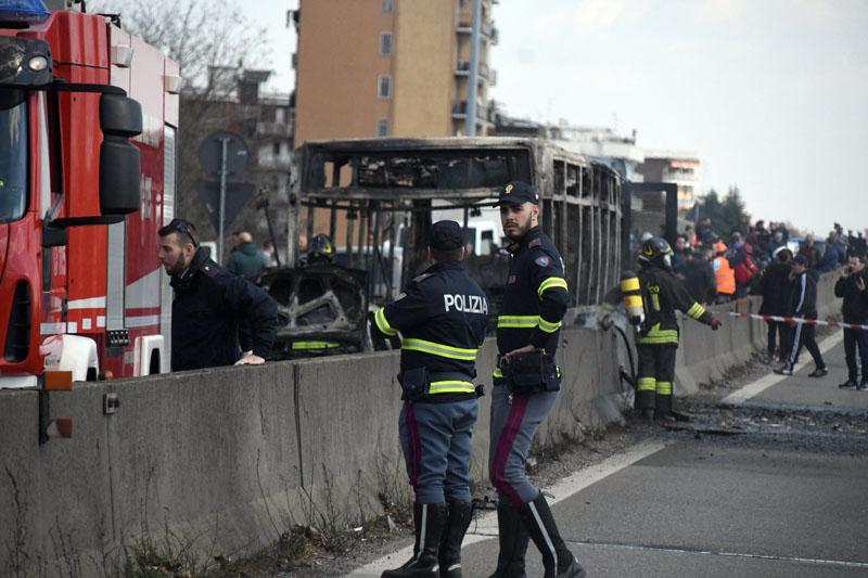 意大利北部一名校巴司机胁持车上五十多人,警方截停校巴时,司机在车内放火,幸好车上全部人及时逃脱。