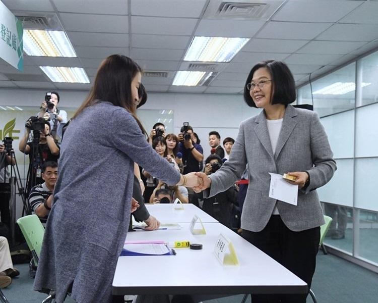蔡英文(右)今午登記民進黨內總統初選。網圖