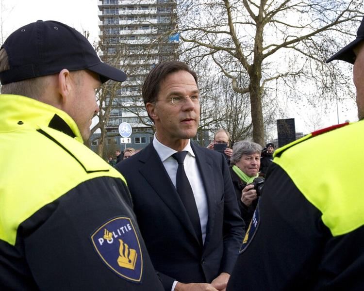 荷兰日前发生枪击案,激起反对外来移民的选民投票给民主论坛党。图为首相吕特交代枪击事件。