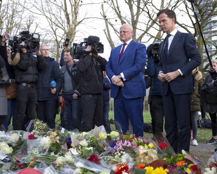 荷兰首相吕特(右)日前为枪击案致哀。