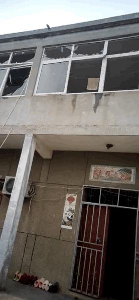 附近民居玻璃窗被震碎。網圖