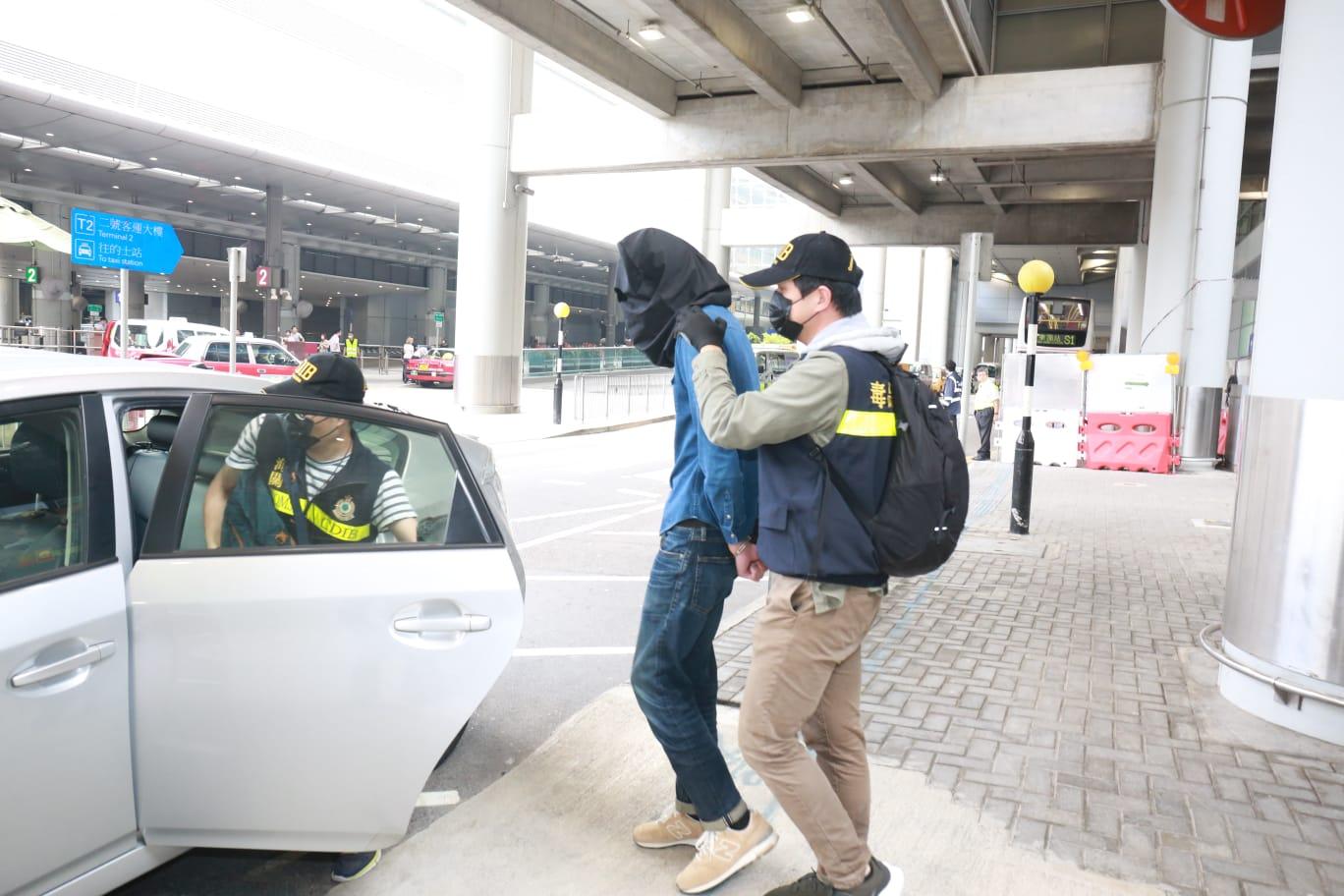 海關拘捕22歲男子