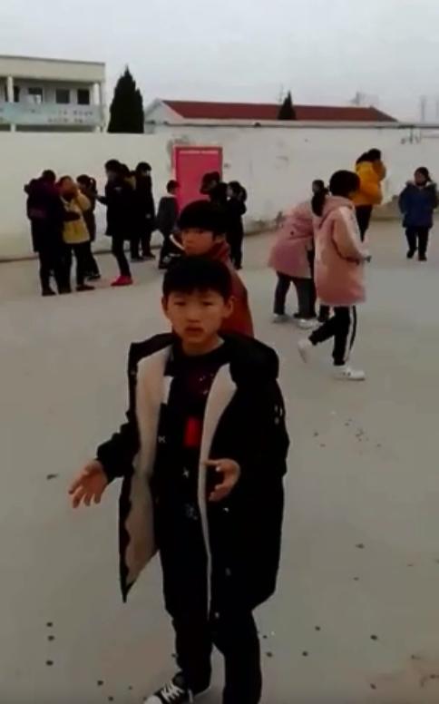 附近學校的學童疏散。網圖